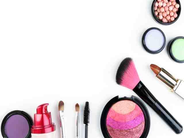 Bela decoração, cosméticos e maquiagem pincéis, isolado no branco