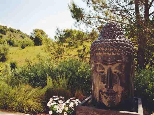 Buda fonte nos jardins de Shanti-Som